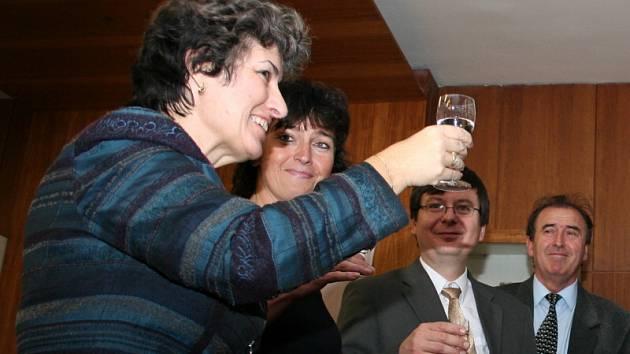 Alena Gajdůšková (ČSSD) oslavila vítězství v druhém kole senátních voleb.