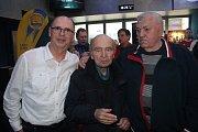 Známý fotbalový trenér Bohumil Páník se v Golden Apple Cinema zúčastnil veřejné premiéry dokumentu Dej ševče gól!