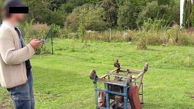 Mladík se podle strážníků vymlouval na to, že je na vlastním pozemku. Usvědčili jej praví majitelé parcely.