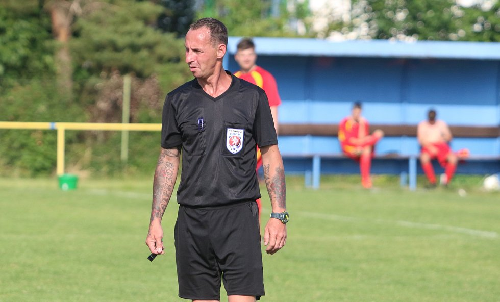 V rámci přípravy na nový soutěžní ročník se v sobotu odpoledne utkali dva rivalové fotbalové I. B třídy skupiny B - Mladcová (v červeném) s Lužkovicemi.