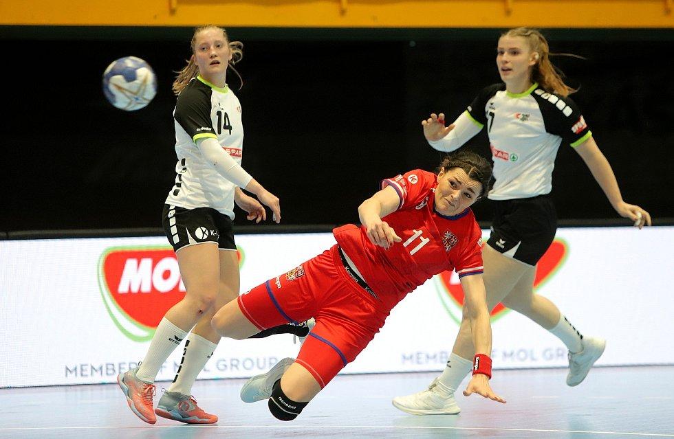 České házenkářky (v červeném) v úvodním duelu kvalifikace o postup na MS v sobotu v Zubří remizovaly se Švýcarskem 27:27. Odveta se hraje v úterý od 20.15 hodin v Gümligenu.