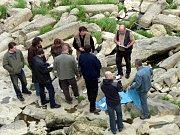 Zlínská policie pátrá na březívh Moravy. Hledá případné stopy, vedoucí k vyřešení případu nalezeného mrtvého novorozence v řece.