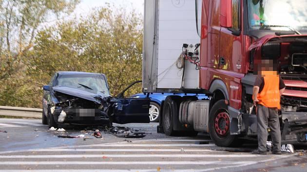 Srážka kamionu a osobního vozu u Zádveřic-Rakové na Zlínsku.