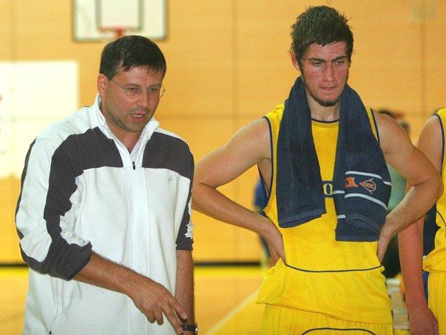 Trenér zlínských basketbalistů, Tomáš Pětivlas (vlevo).