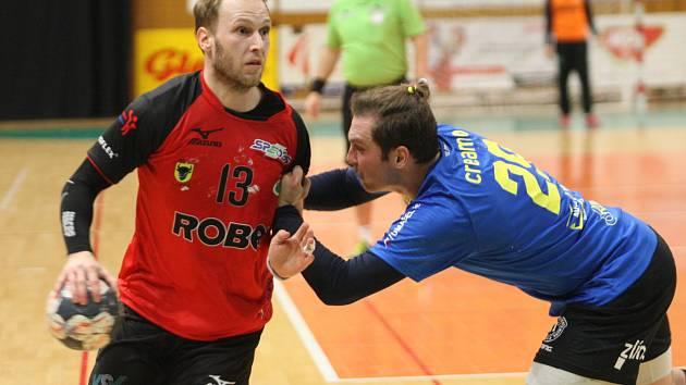 Do čtvrtfinále Českého poháru házenkářů postoupilo favorizované Zubří (v červeném), které díky zlepšené druhé půli vyhrálo na palubovce prvoligového Zlína 35:27. Na snímku Šustáček.