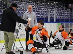 Sledge hokejisté slavili švédský triumf slivovicí a pivem. Běžence na palubu nevzali