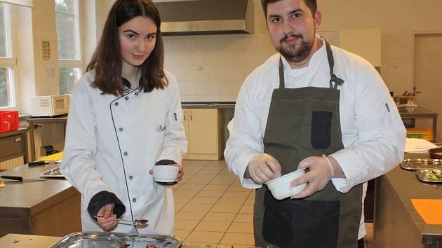 Příprava valentýnských dobrot ve cvičné školní kuchyni aneb učíme se od profesionálů.