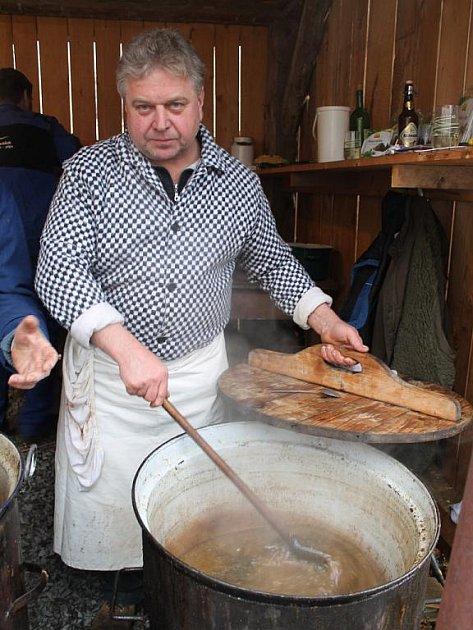 Pan Josef Polášek z Kaňovic na Zlínsku se věnuje umění řeznickému již třicet let. Za tu dobu obešel již nepočítaně zabíjaček.