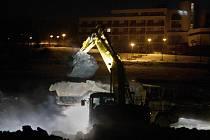 Čištění Luhačovické přehrady finišuje, Povodí Moravy by s pracemi mělo být hotové do konce měsíce února. Dělníci na odklízení nánosů bahna pracují v noci.