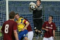 V 20. kole II. fotbalové ligy vyhrála domácí FC Tescoma Zlín (ve žlutém) nad AC Sparta Praha 5:0. Sparťanský brankář Mokrohajský v jednom ze zákroků.