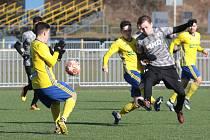 Fotbalisté Zlína B (ve žlutých dresech) v přípravném utkání s Hodonínem