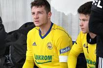 Sedmnáctiletý obránce Martin Cedidla (ve žlutém dresu) si proti Zlatým Moravcům odbyl premiéru v dresu prvního mančaftu Fastavu.