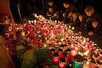 Po tragické nehodě, při které zahynul ve středu 7. září hokejista Karel Rachůnek, si fanoušci v podvečer zapálením svíček u zimního stadionu připoměli jeho působení ve Zlíně.