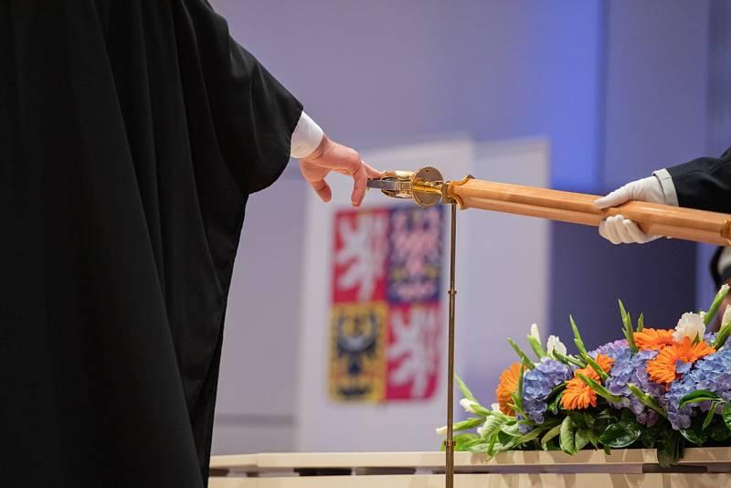 Na Univerzitě Tomáše Bati začaly slavnostní promoce absolventů.