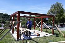 Pro naše děti z mateřské školy stavíme altán.