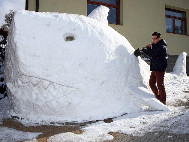 Sněhová socha žraloka v obci Držková.