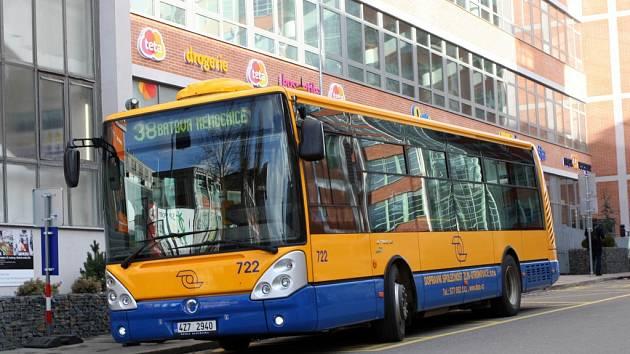 Autobusová linka 38 v továrním areálu ve Zlíně. Ilustrační foto.