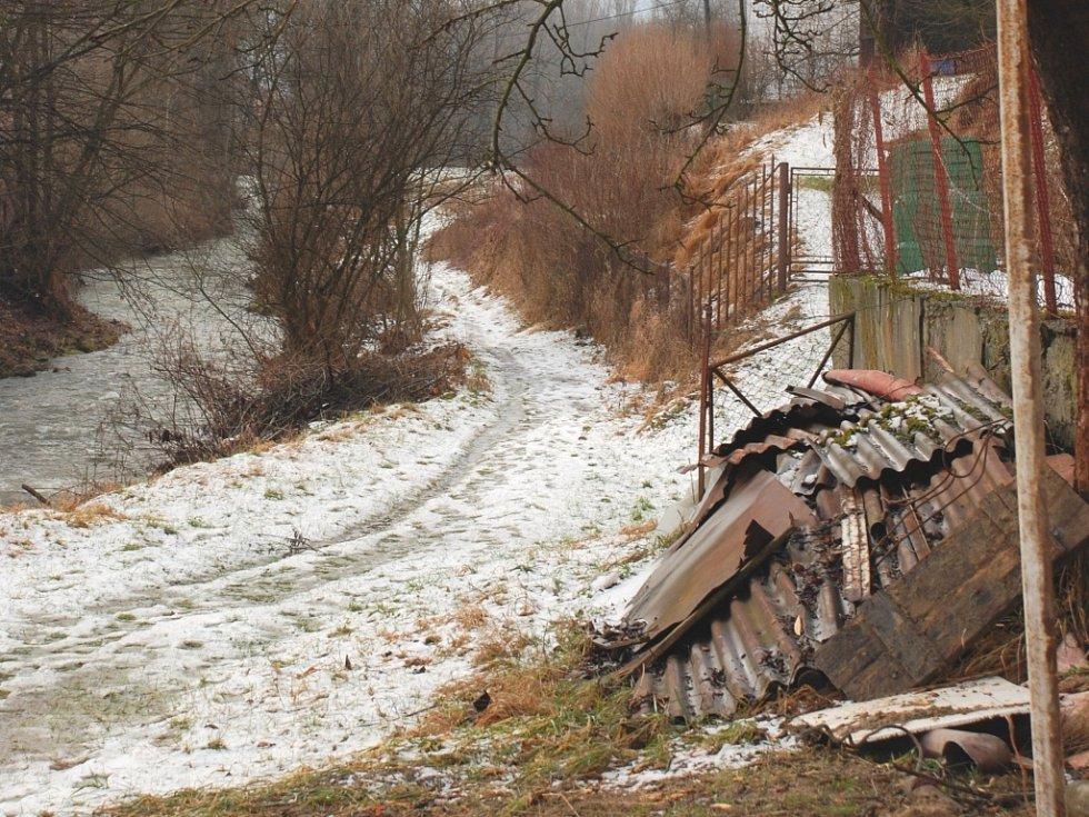 Zablácenou pěšinu podél řeky Brumovky již tento rok nahradí nová cyklostezka.