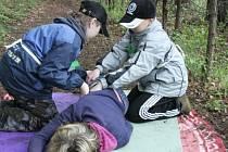 SPRÁVNĚ? Děti si musely poradit i s figurantkou simulující bezvědomí: uložit ji do správné stabilizované polohy zvládly.