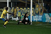 Fotbalisté Zlína (ve žlutém) v nedělním 11. kole  doma nečekaně vysoko podlehli Mladé Boleslavi 1:5.