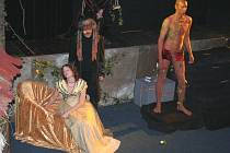 Známá pohádka Kráska a zvíře v podání divadelního ansáblu Tyjátr z Otrokovic.