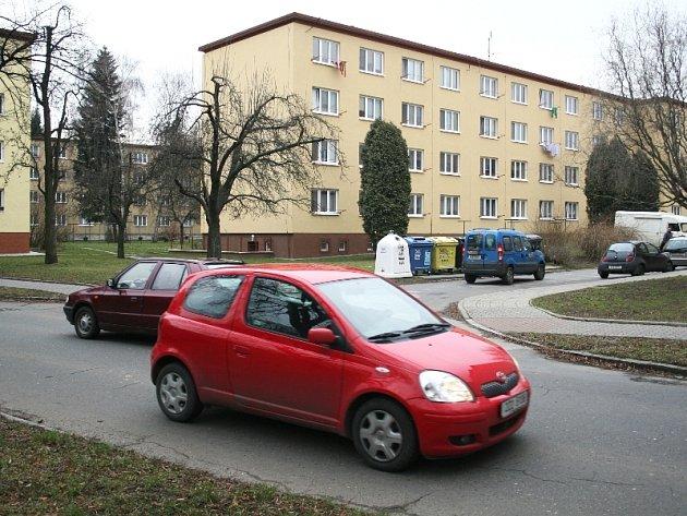 Ačkoliv jede řidič po hlavní silnici, zde má kvůli chybějícímu značení dát přednost vozidlům přijíždějícím zprava.