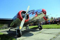 Přistání letadla Lockeheed Electra OK-CTB. na letišti v Otrokovicích.