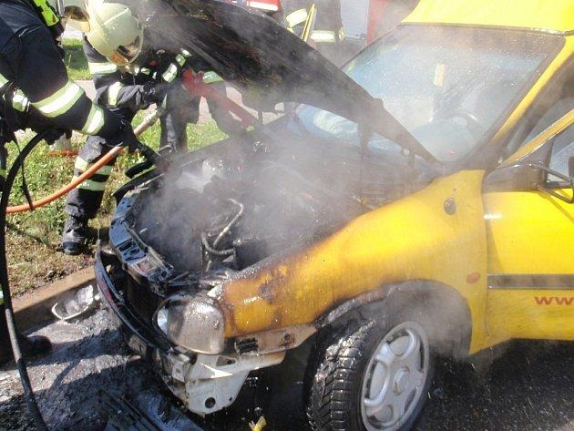 Vozidlo začalo hořet poblíž benzínové pumpy.