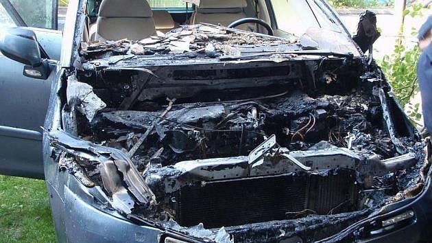 O svůj zcela nový vůz přišla během několika minut jeho majitelka z Pozlovic. Její auto totiž v garáži do pátku 13. srpna rána vyhořelo.