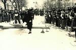 VALAŠSKÉ KLOBOUKY, ZÁVODY. Kloboucké náměstí bylo svědkem řady závodů. Na snímku právě odstartoval Tyršův odznak zdatnosti, který byl pořádán valašskoklobouckou tělovýchovnou jednotou Sokol. Závodník na lyžích vyjíždí ze speciální startovací rampy.