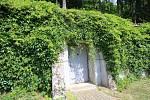 Vila Tomáše Bati ve Zlíně. Dveře bunkru v zahradě