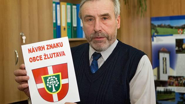 Starosta obce Žlutava na Zlínsku představuje návrh znaku a vlajky své obce.