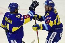 Autor třetího gólu Zlína Pavel Kubiš (vpravo) přijímá gratulaci od Jiřího Marušáka.