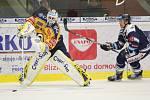 Extraligoví hokejisté PSG Berani Zlín (ve žlutém) ve 2. kole, domácí premiéře sezony hostili Vítkovice.  Na snímku Kašík.