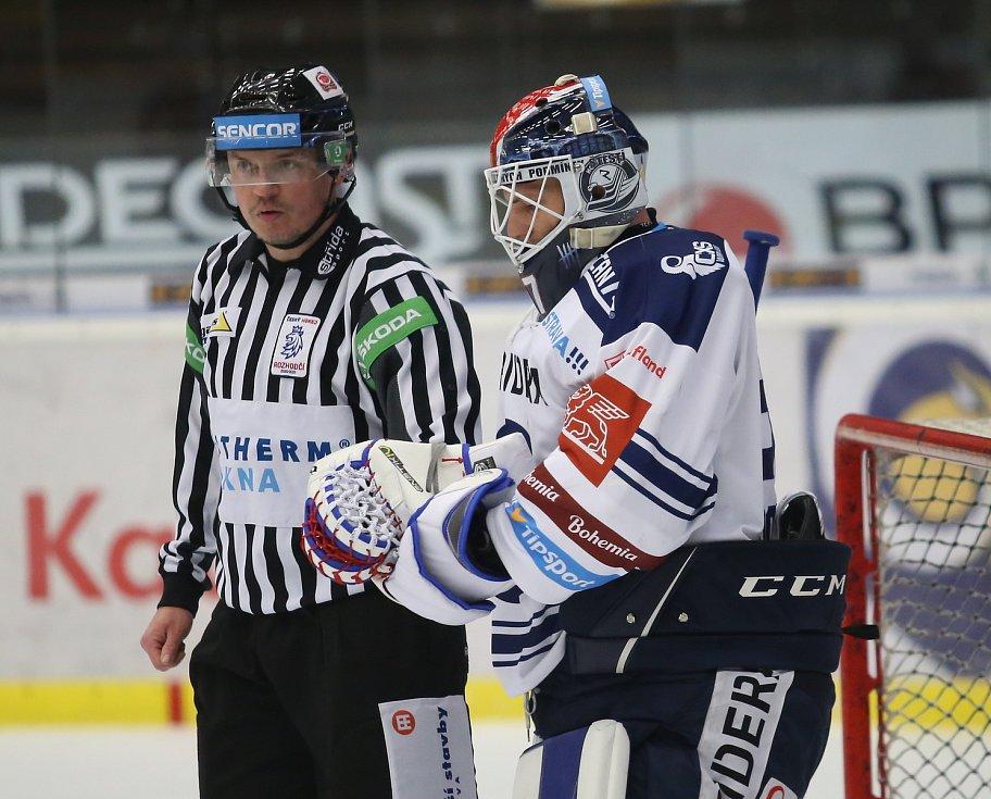 Extraligoví hokejisté Zlína (v modrém) v nedělním 49. kole vyzvali v moravském derby ostravské Vítkovice. Na snímku gólman Dolejš.