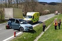 Srážka osobního vozidla a nákladního vozidla u Horní Lhoty na Luhačovicku.