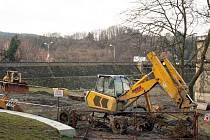 Bagry u Luhačovické přehrady zatím stojí. Povodí Moravy, které provádí její čištění zatím nemá potřebná povolení pro odvoz odtěžených sedimentů.