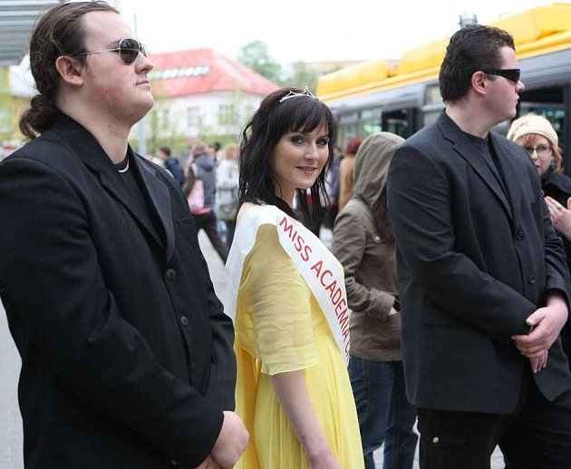 Miss Academia 2007 pózující v trolejbuse