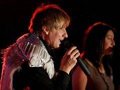 Petr Kotvald vystoupil v otrokovickém hotelu Átrium v pondělí 13. prosince na benefičním koncertu pro děti z dětských domovů.