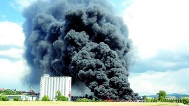 Podle prvních informací se jedná o požár téměř totožný s neštěstím v Uherském Brodě, kde v červnu hořelo 10 000 pneumatik (na snímku).
