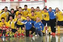 Sáloví fotbalisté SMR Plus Zlín (ve žlutém) ve finále Final Four v Otrokovicích v neděli porazili Poličku až po penaltovém rozstřelu (5:5 po základní hrací době a prodloužení, na prn 4:3) a radovali se z historicky premiérového titulu.