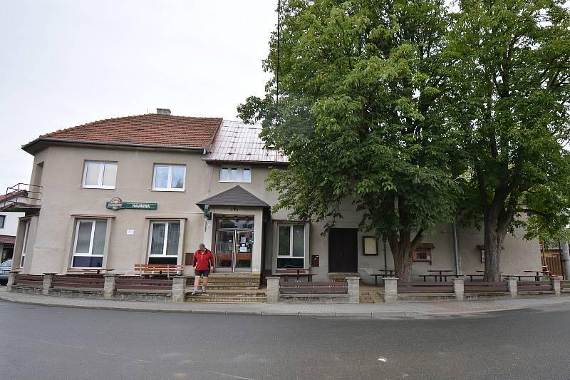 Vesničce Újezd na Zlínsku chybí podle místních snad jen moře. Na snímku z 26. srpna 2021 stará budova kulturního domu.