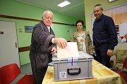 Volby 2017 Volení do přenosné urny v Krajské nemocnici T. Baťi ve Zlíně.Na snímku Antonín Schönbaun