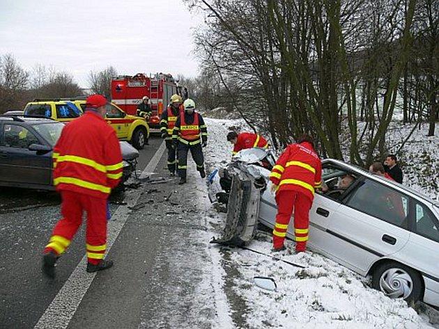 Po vyproštění zraněných pomohli hasiči s odtažením vraku k uvolněním frekventované silnice.