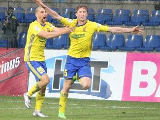 Fotbalisté Fastavu Zlín (ve žlutém) v sobotním 17. kole doma remizovali s Duklou Praha 1:1.