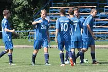 Fotbalisté Slavičína B ( modré dresy) vstoupili do nové sezony domácí výhrou nad Bylnicí v poměru 4:3. Foto: pro Deník/Jan Zahnaš