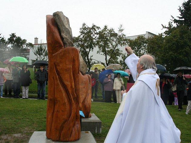 Nové sousoší s názvem Návraty zdobí od neděle 26. září město Fryšták na Zlínsku. Vzniklo pod rukami sochaře Stanislava Novotného.