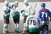 Prvoligoví hokejbalisté Malenovic (v bílém) o víkendu porazili rezervu Pardubic 4:1.