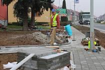 Ve Spytihněvi dělníci pracují na revitalizaci centra obce. Například část stávajících chodníků posunou o pár metrů dál od hlavního silničního tahu, a to kvůli bezpečnosti pěších.
