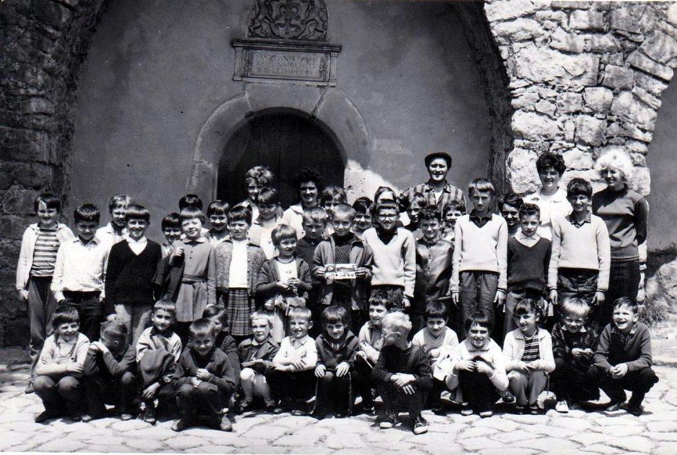 ROK 1969. Děti na školním výletě v Buchlovicích na Slovácku.